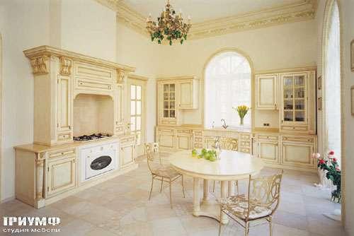 Кухня с декоративной вытяжкой