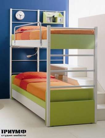 Кровать двухуровневая с лестницей