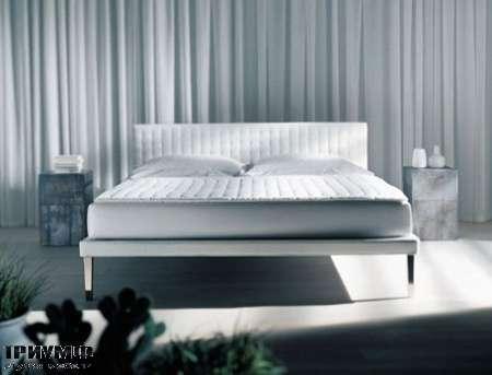 Итальянская мебель Orizzonti - кровать Ebridi с мягкой отделкой и широкой простёжкой