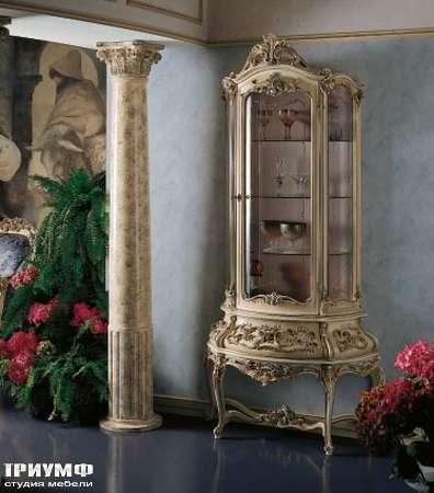 Итальянская мебель Silik - Витрина на резном основании